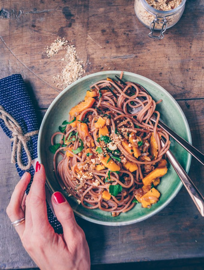 Rotwein Spaghetti mit Kürbis Walnuss Sauce