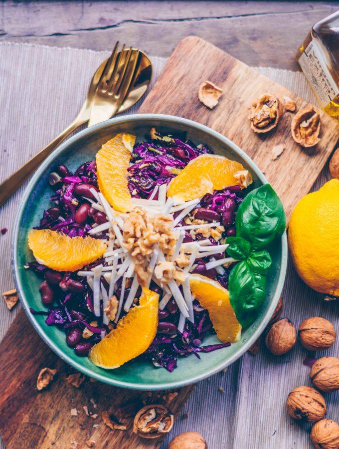 Knackiger Rotkohlsalat mit Orangen und Walnüssen
