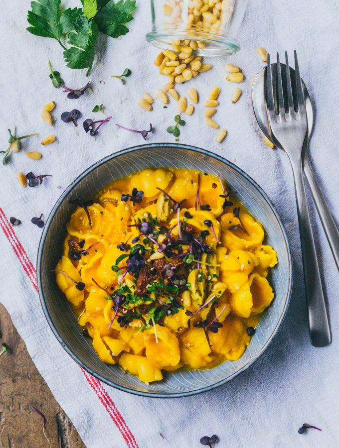 Cremige Karotten Kurkuma Sauce für schnelle Pastagerichte.