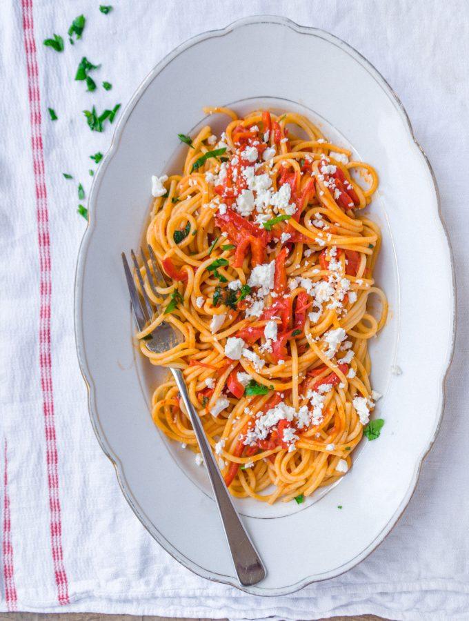 Schnelle Pasta mit Paprika und Feta Crumble