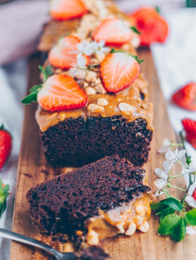 Schokoladenkuchen mit Erdnussbutter-Karamellsauce