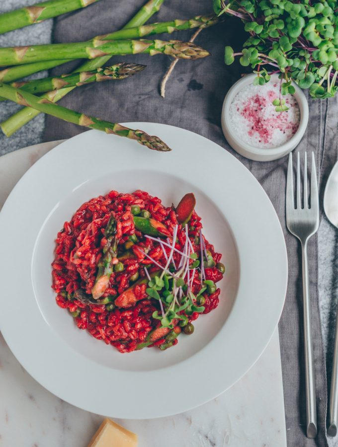 Rote Beete-Risotto mit grünem Spargel