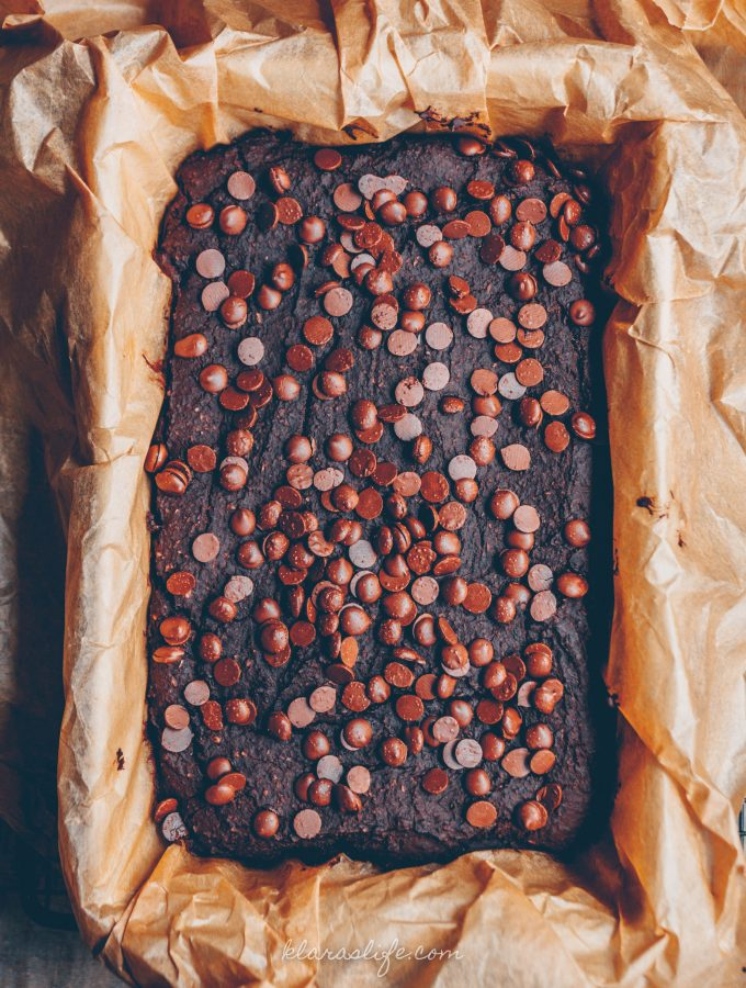 Schokoladige Bohnen Brownies mit Kokosraspeln
