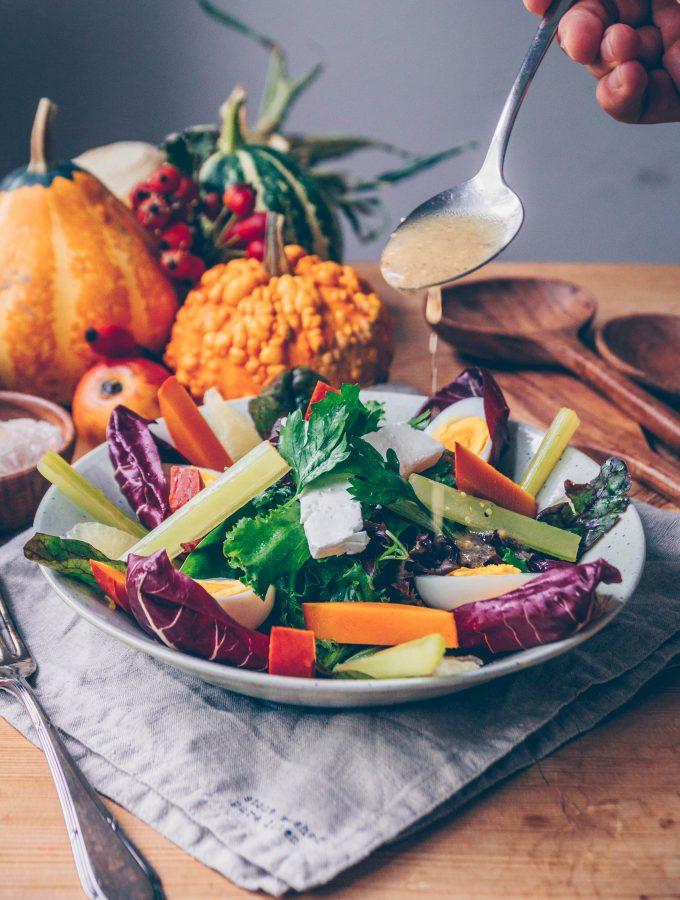 Gebratene Gemüsesticks auf Salat mit Honig-Senf-Dressing