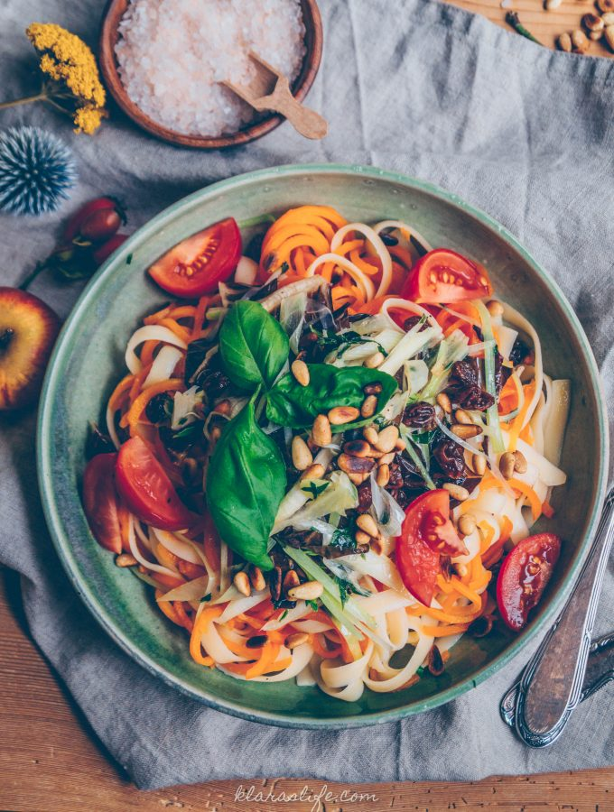 Herbstliche Karotten Linguine mit Radicchio Zwiebel Gemüse (v)