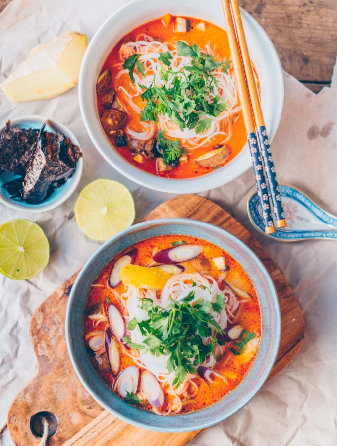 Scharfe asiatische Siam Suppe mit Kokosmilch (vegan)