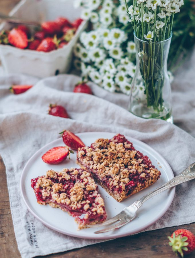 Strawberry Hazelnut Crumble Cake (vegan)