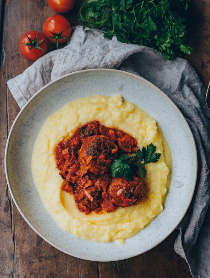 Reisbällchen mit Kartoffelpüree & Tomatensauce