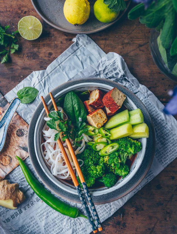 Grüne Honshu Suppe mit Tofu, Reisnudeln und Gemüse