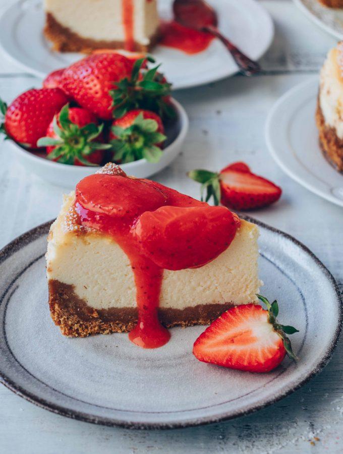 New York Cheesecake Style mit Erdbeersauce