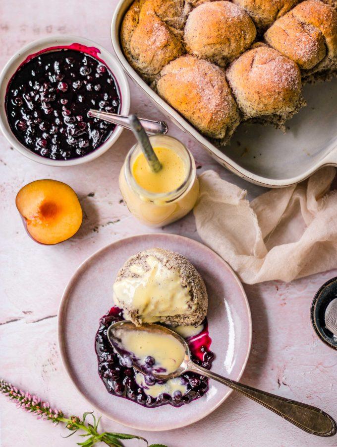 Mohnbuchteln mit Heidelbeerkompott & Vanillesauce