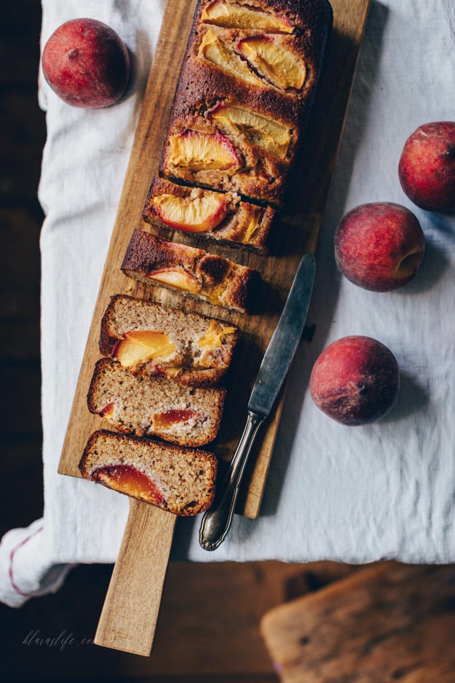Mandelkuchen mit Pfirsichen